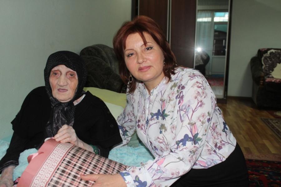 Малик Баглиев проведал самую пожилую жительницу Дербента