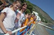 Медведев поручил усилить контроль за безопасностью перевозок детей на отдых