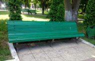 Осторожно окрашено! Краска на скамейках в парках Махачкалы не сохнет вторую неделю