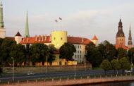 Садовник объяснил, почему выкосил у резиденции президента Латвии