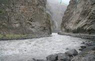В Дагестане машина с двумя людьми рухнула в реку из-за схода селя