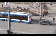 Зацепили машину за троллейбус. Реально ржачная авария. Видео.