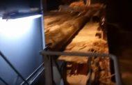 Шторм смыл с палубы сухогруза ценные трубы | Видео | Мат 18 +