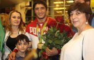 Дагестанцы торжественно встретили Абдулрашида Садулаева в Шереметьево | Видео