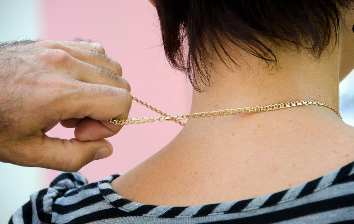 16-летний подросток отобрал у женщины золотые украшения