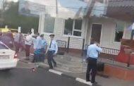 Отбивших нападение на пост полицейских наградят