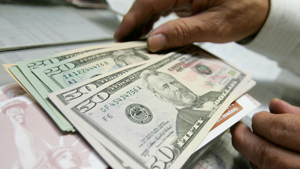 Центробанк начал новую неделю со снижения официальных курсов доллара и евро