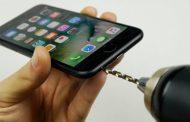 В сети поверили совету просверлить дыру для наушников в iPhone 7