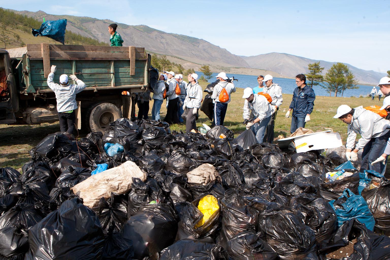 Волонтеры собрали на берегах озера Байкал 27 тысяч мешков мусора