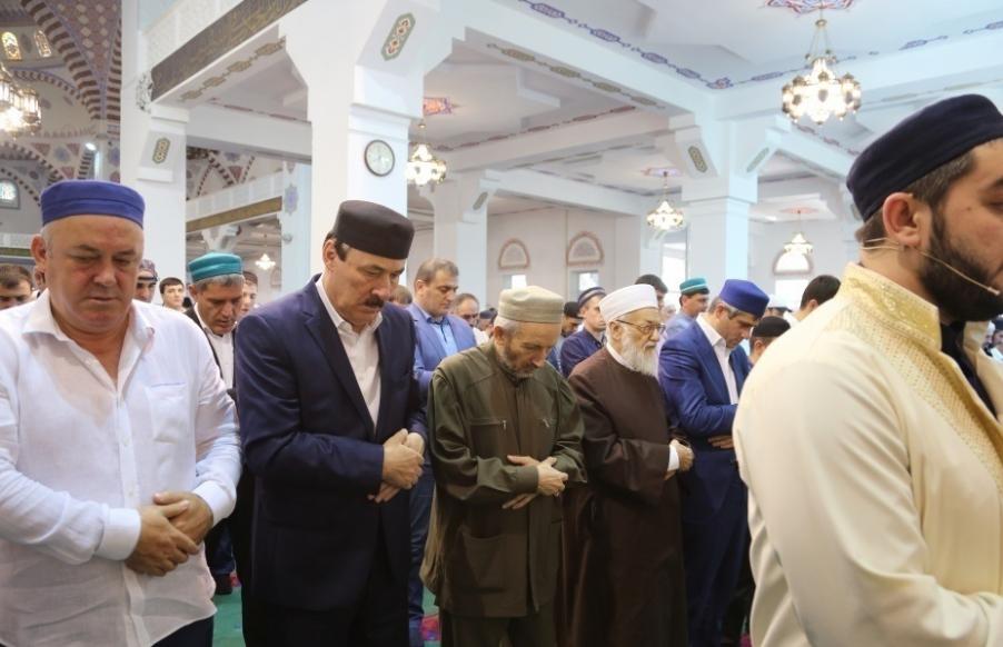 Рамазан Абдулатипов принял участие в праздничной молитве