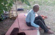 70-летнего старика посадила на цепь родная дочь