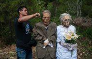 Индонезийские крестьяне снова выкопали трупы своих родственников