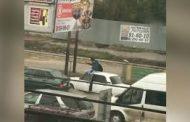 Жители Махачкалы забрались на крышу авто на скорости ради экстремального селфи (Видео)