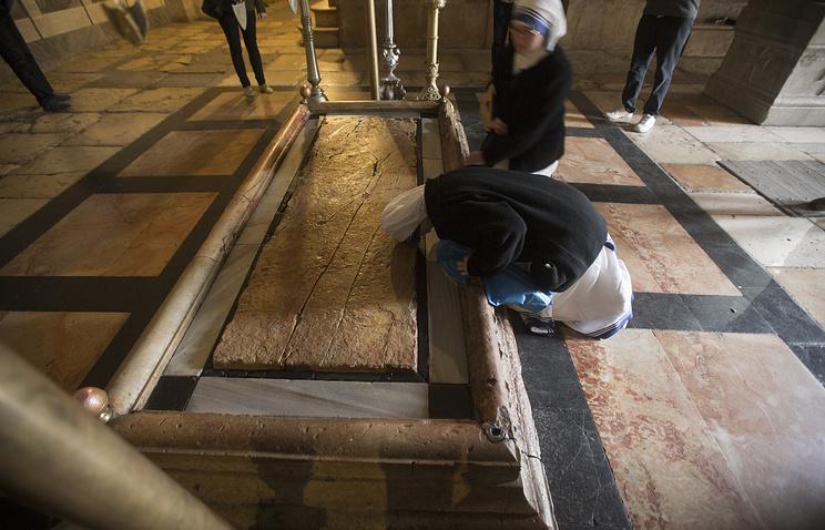 Археологи вскрыли гроб Христа
