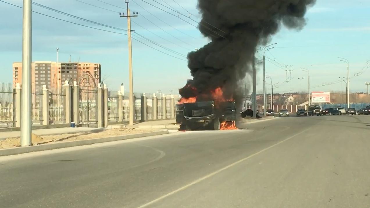В Дагестане разыскивают водителя сгоревшего на трассе автомобиля Hummer (Видео)