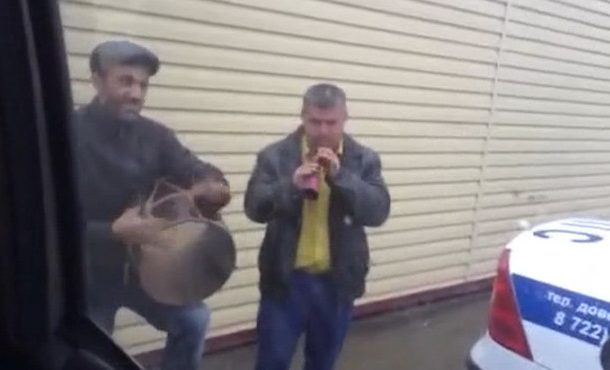В Дагестане уличные музыканты устроили концерт для полицейских (Видео)