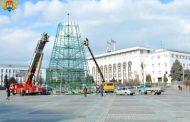 На главной площади Махачкалы устанавливают новогоднюю елку