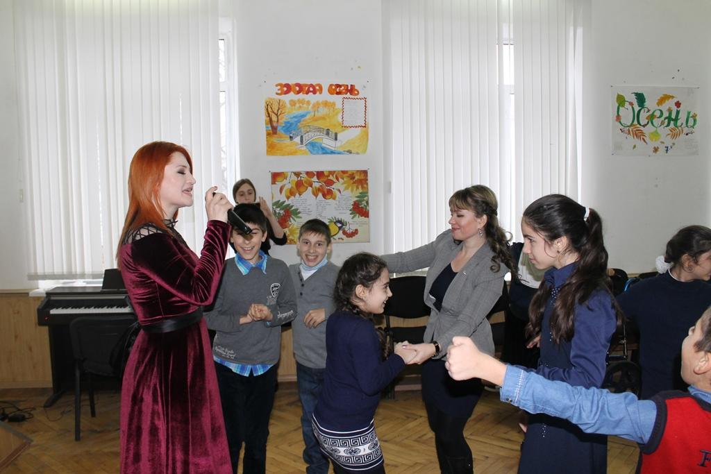 Активисты ОНФ провели творческую акцию «КРАСКИ ЕДИНСТВА» в махачкалинской гимназии №4